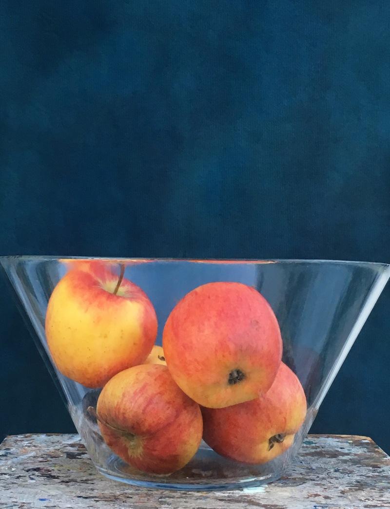 Turkost draperi äpplen nära